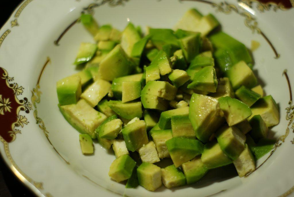 Фото рецепта - Салат из авокадо с помидором и огурцом - шаг 3