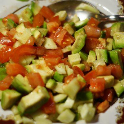 Фото рецепта - Салат из авокадо с помидором и огурцом - шаг 7