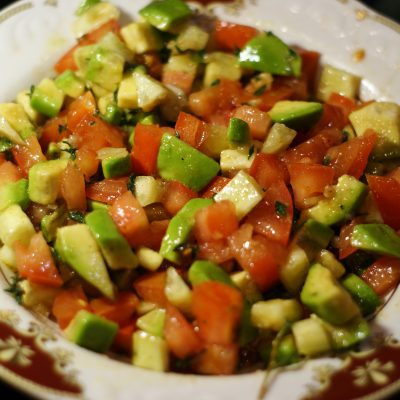 Салат из авокадо с помидором и огурцом - рецепт с фото
