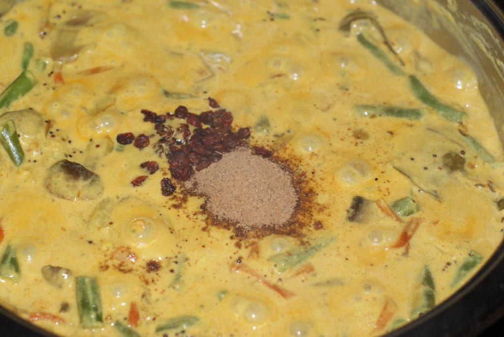 Фото рецепта - Ароматный Бирияни из риса с грибами и фасолью - шаг 12