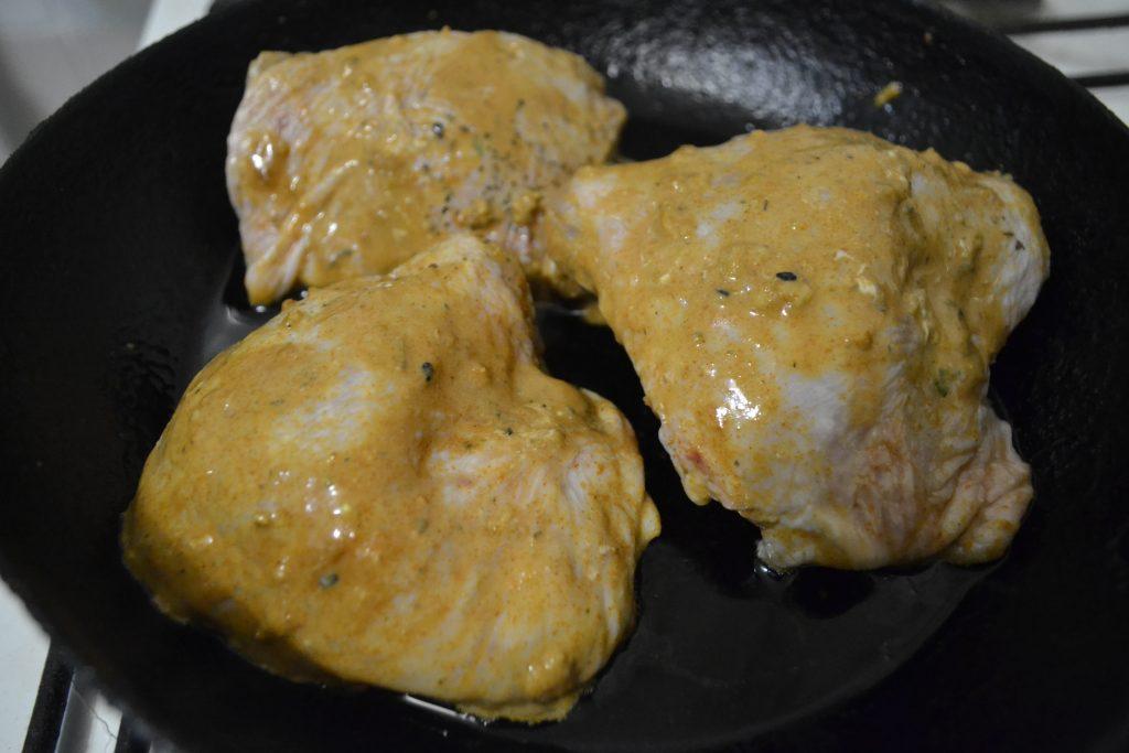 Фото рецепта - Жареные куриные бёдрышки - шаг 3