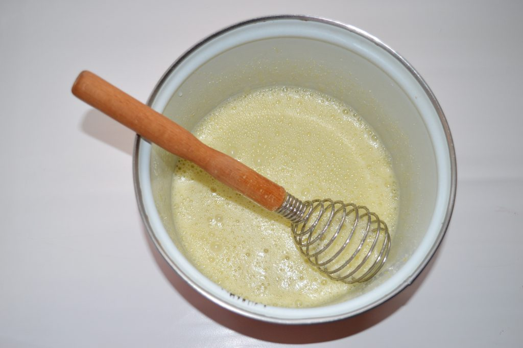 Фото рецепта - Банановая шарлотка с шоколадом - шаг 4