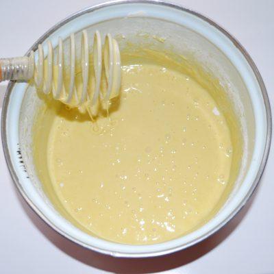 Фото рецепта - Банановая шарлотка с шоколадом - шаг 5