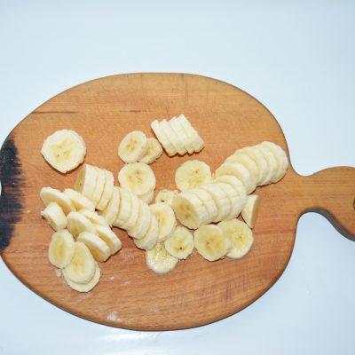Фото рецепта - Банановая шарлотка с шоколадом - шаг 2