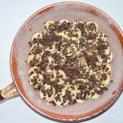 Фото рецепта - Банановая шарлотка с шоколадом - шаг 3