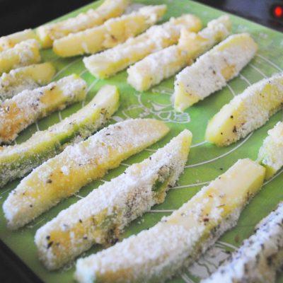 Фото рецепта - Стриксы из кабачков с йогуртовым соусом - шаг 2