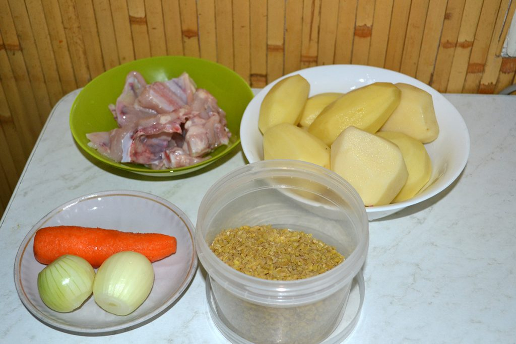 Фото рецепта - Куриный суп с булгуром - шаг 1