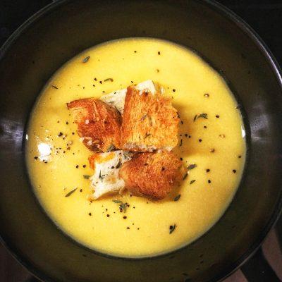 Крем-суп из тыквы и красной чечевицы с чесночными гренками - рецепт с фото