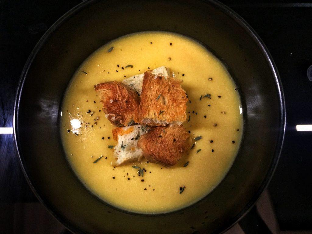 Фото рецепта - Крем-суп из тыквы и красной чечевицы с чесночными гренками - шаг 7