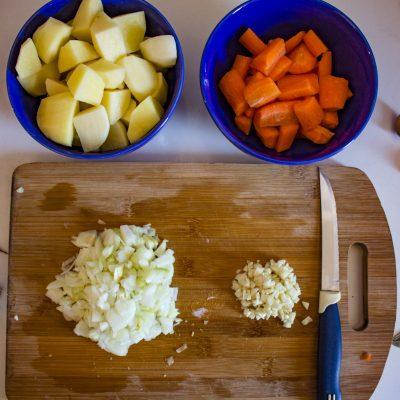 Фото рецепта - Куриный крем-суп с сыром и овощами - шаг 2