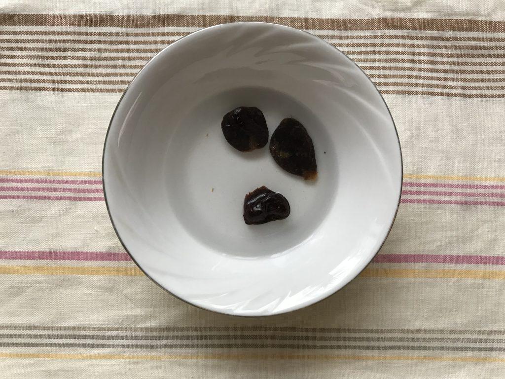 Фото рецепта - Особенный салат из копченой курицы и чернослива - шаг 2
