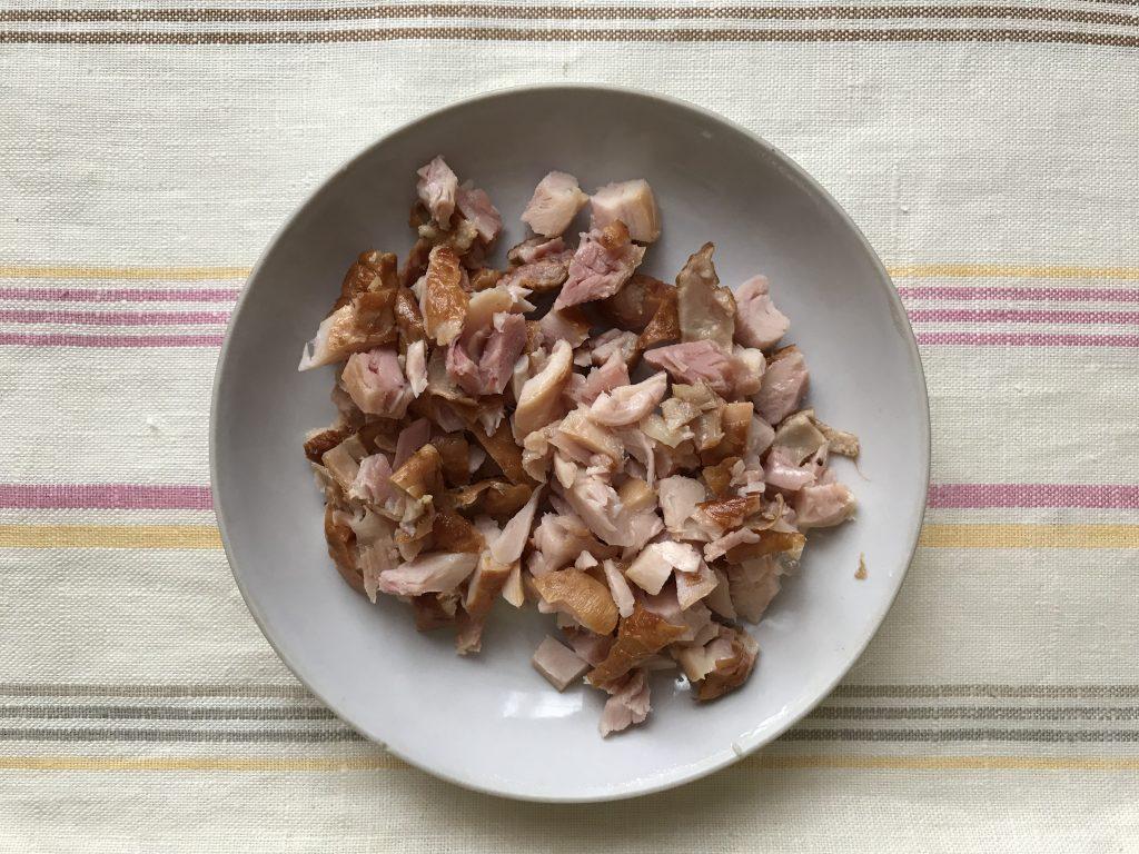 Фото рецепта - Особенный салат из копченой курицы и чернослива - шаг 3