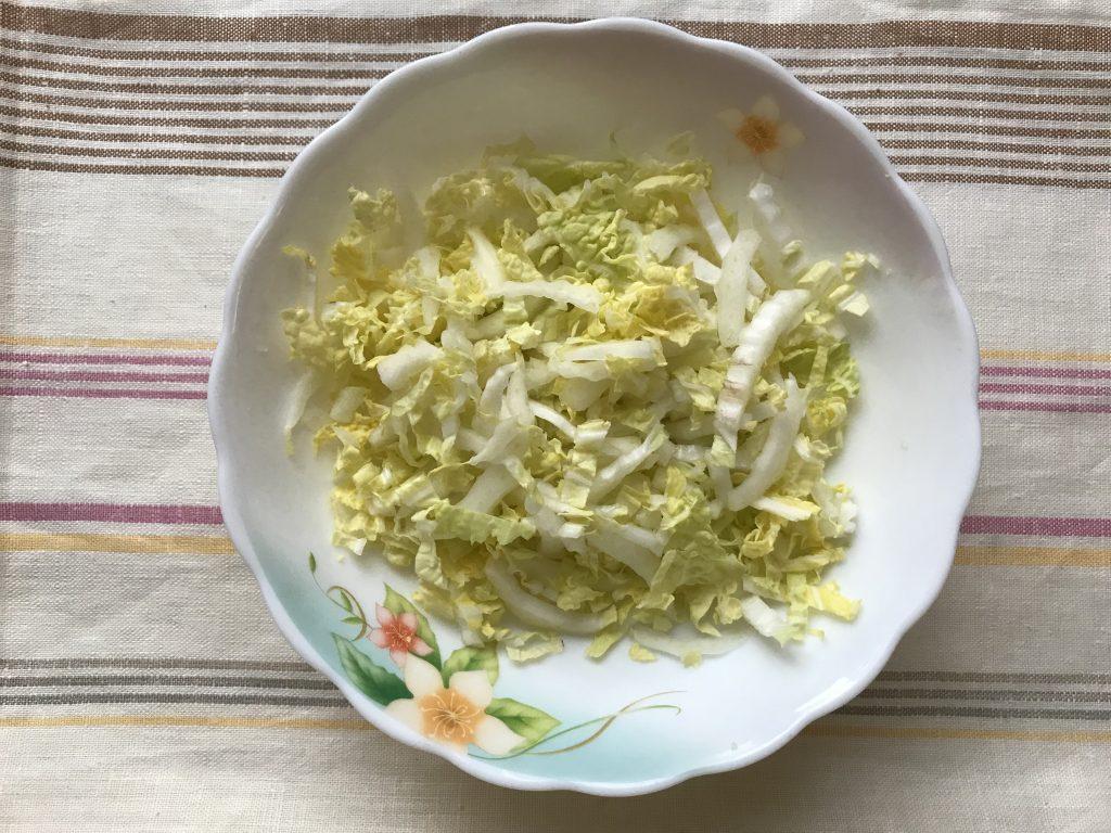 Фото рецепта - Особенный салат из копченой курицы и чернослива - шаг 4