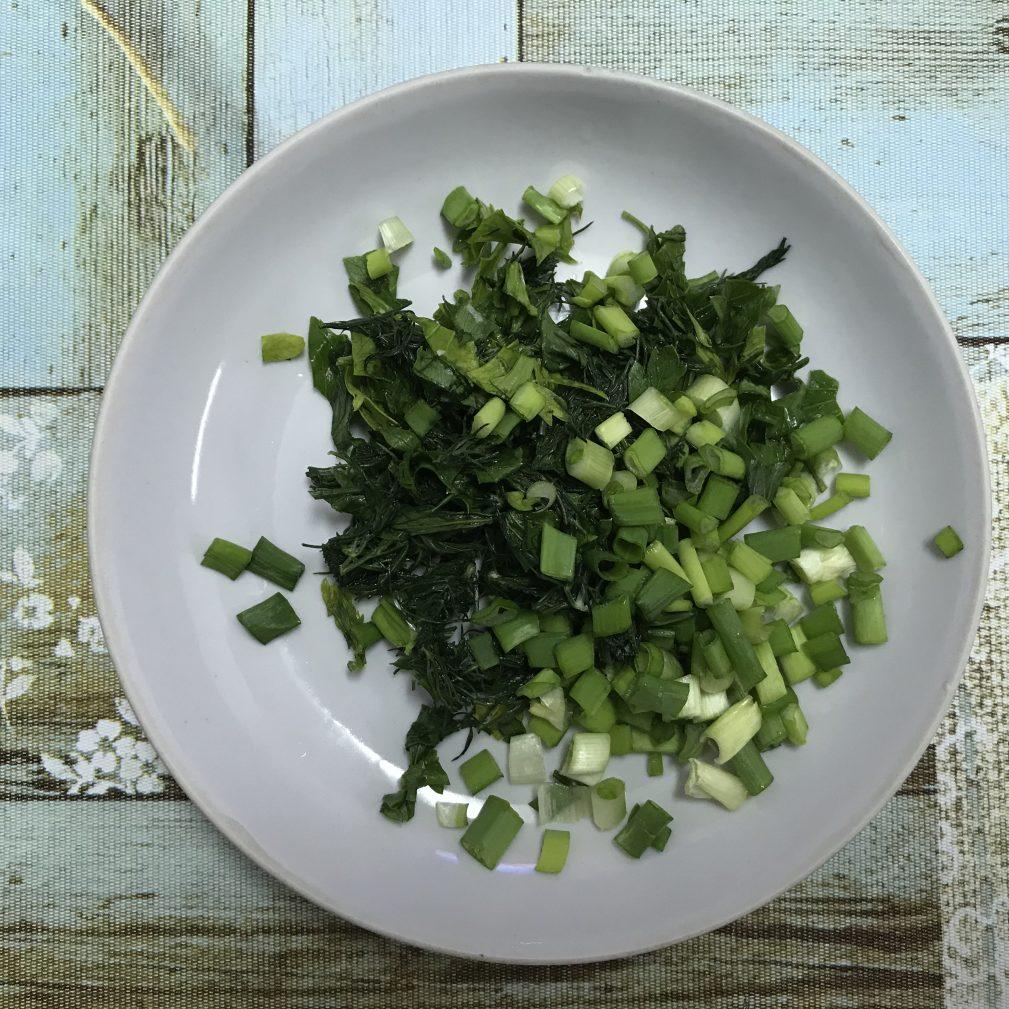Фото рецепта - Нежные блинчики с сыром и зеленью - шаг 2