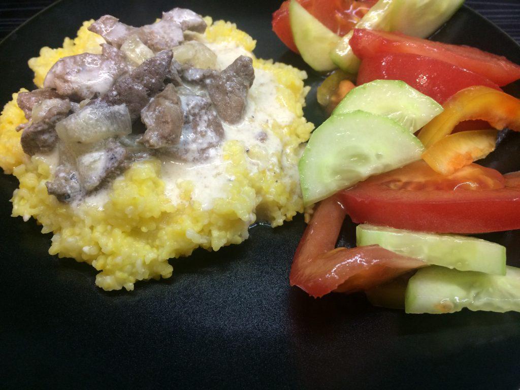Фото рецепта - Кукурузная каша с печенкой в сметанном соусе - шаг 7