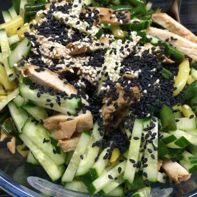 Фото рецепта - Салат из курицы и стручковой фасоли с заправкой из соевого соуса - шаг 4