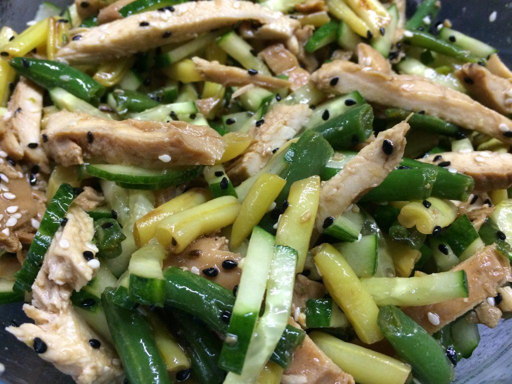 Фото рецепта - Салат из курицы и стручковой фасоли с заправкой из соевого соуса - шаг 5