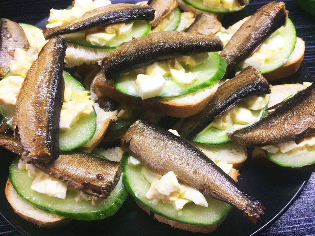 Фото рецепта - Бутерброды со шпротами, вареным яйцом и свежим огурцом - шаг 5