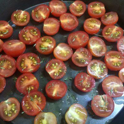 Фото рецепта - Салат из рукколы с запеченными томатами и моцареллой - шаг 2