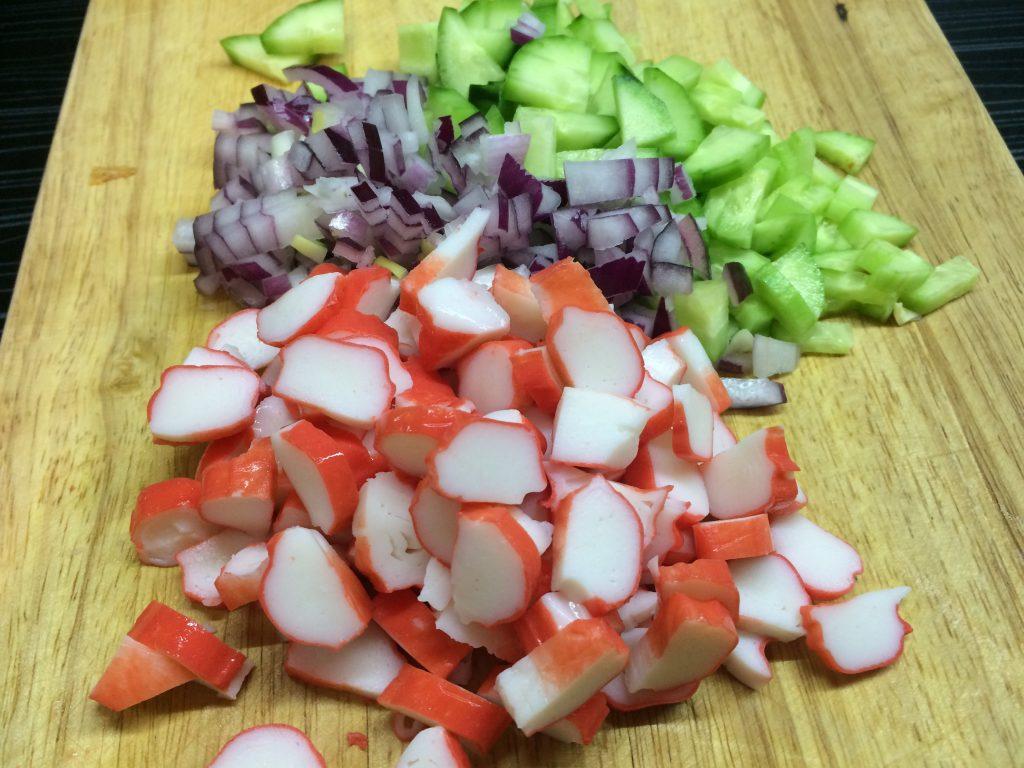 Фото рецепта - Салат из крабовых палочек в новом исполнении - шаг 3