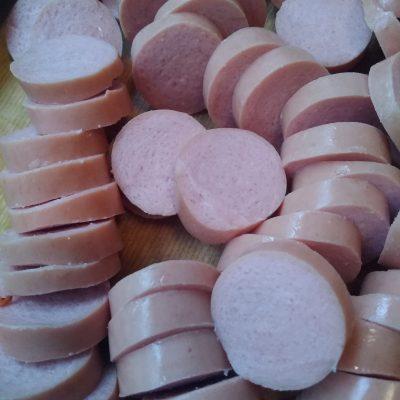 Фото рецепта - Тушеная капуста с сосисками в томате - шаг 1