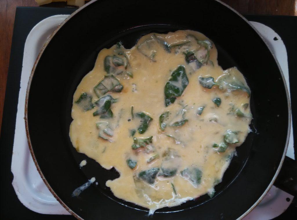 Фото рецепта - Омлет со шпинатом и сыром - шаг 3