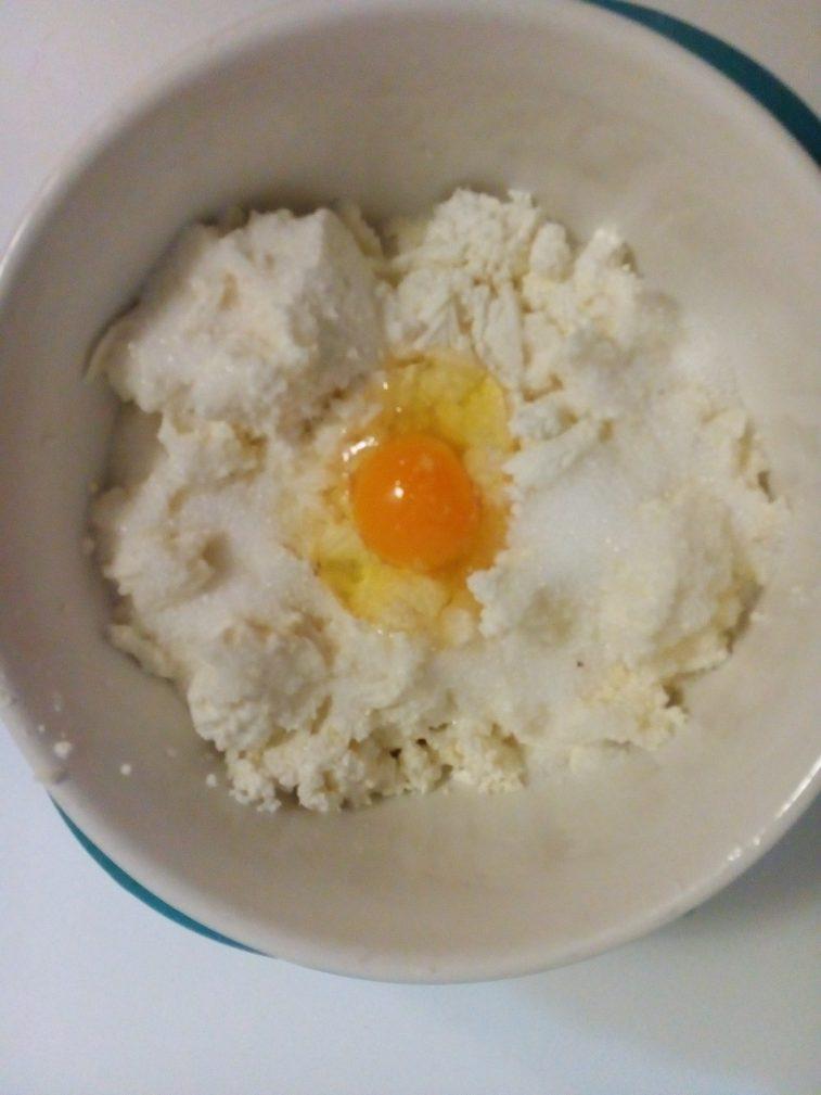 Фото рецепта - Сырники из козьего творога - шаг 4