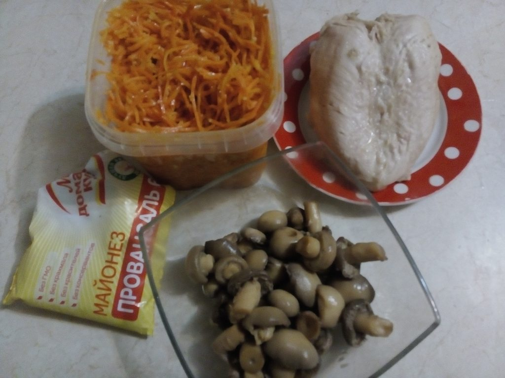 Фото рецепта - Салат из моркови по-корейски с шампиньонами и куриной грудкой - шаг 1