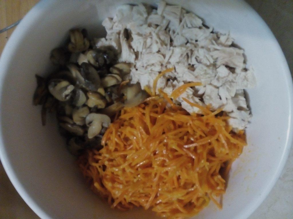 Фото рецепта - Салат из моркови по-корейски с шампиньонами и куриной грудкой - шаг 5