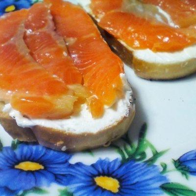 Бутерброды на перекус с рыбой - рецепт с фото
