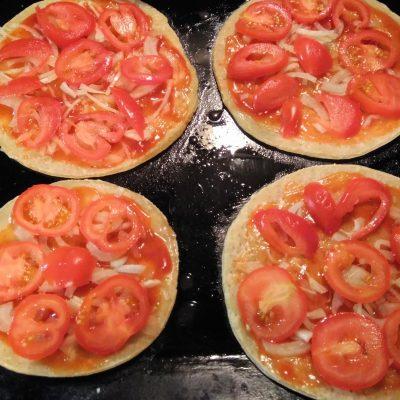 Фото рецепта - Пиццы-монстры на Хэллоуин - шаг 2