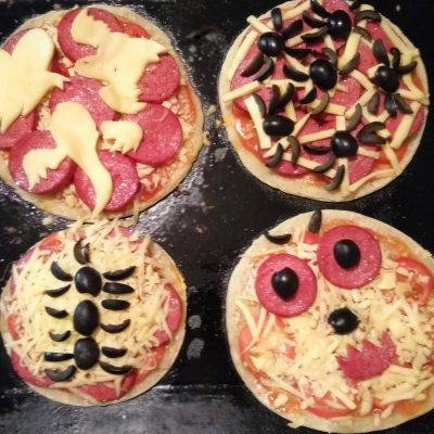 Пиццы-монстры на Хэллоуин - рецепт с фото