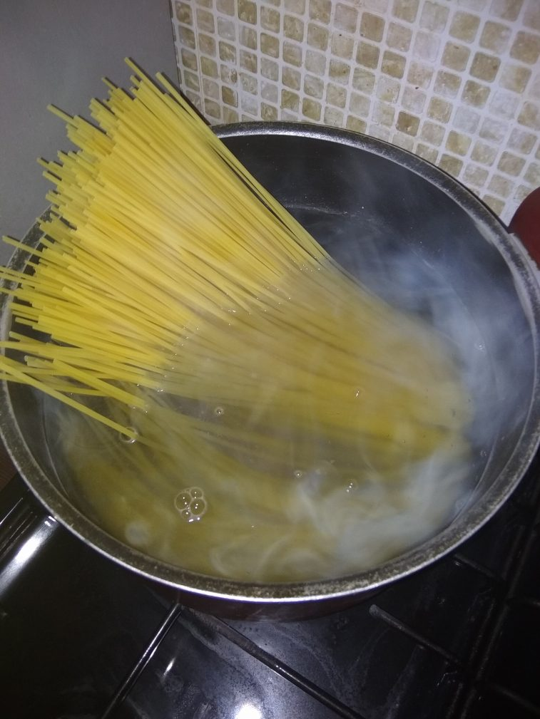 Фото рецепта - Спагетти с запечённой курицей под сливочным соусом - шаг 4