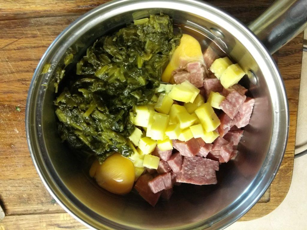 Фото рецепта - Киш с колбасой, щавелём и сыром с плесенью - шаг 4
