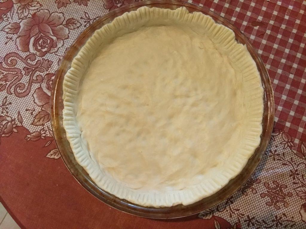 Фото рецепта - Киш с колбасой, щавелём и сыром с плесенью - шаг 5