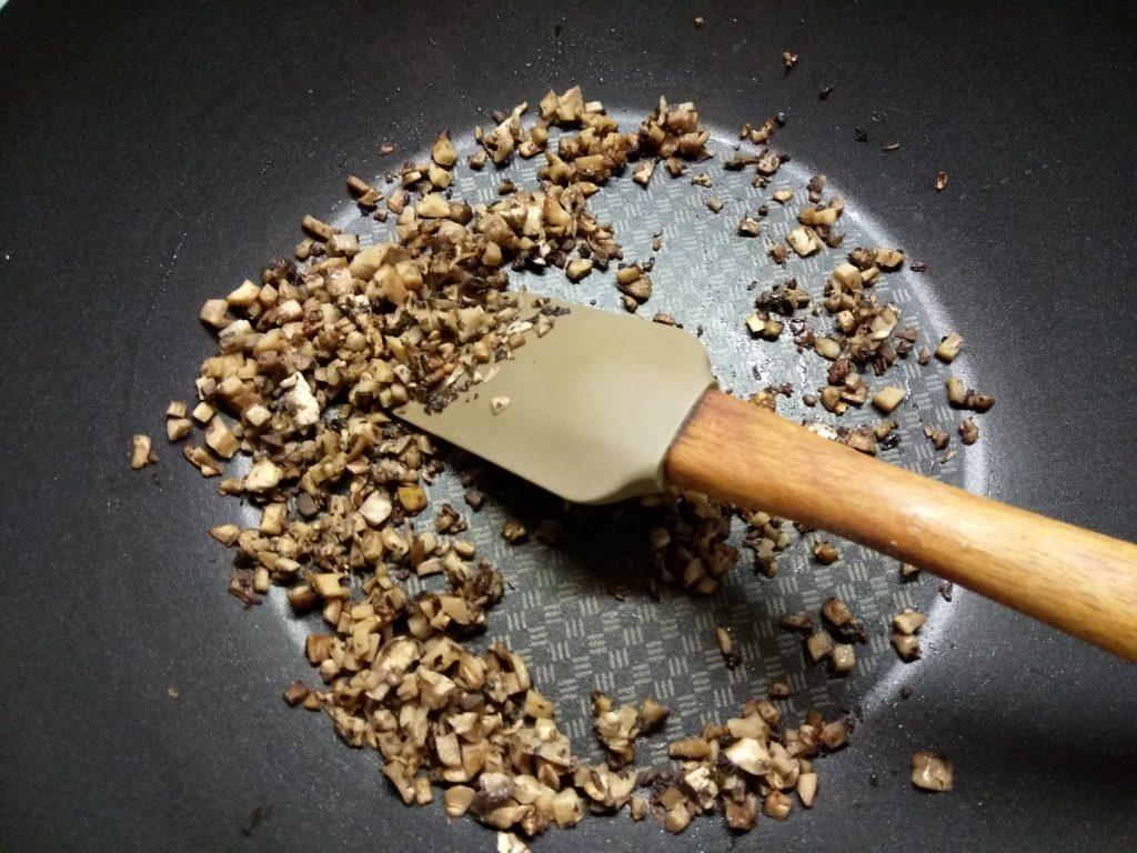 Фото рецепта - Шампиньоны, фаршированные плавленым сыром с острым перцем - шаг 2