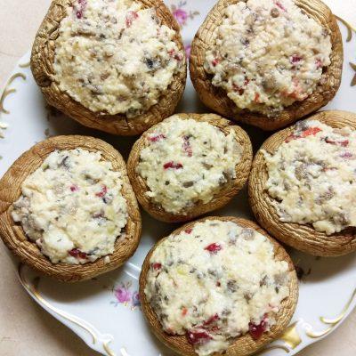Шампиньоны, фаршированные плавленым сыром с острым перцем - рецепт с фото