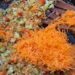 Фото рецепта - Булгур с зеленым горошком и овощами - шаг 2
