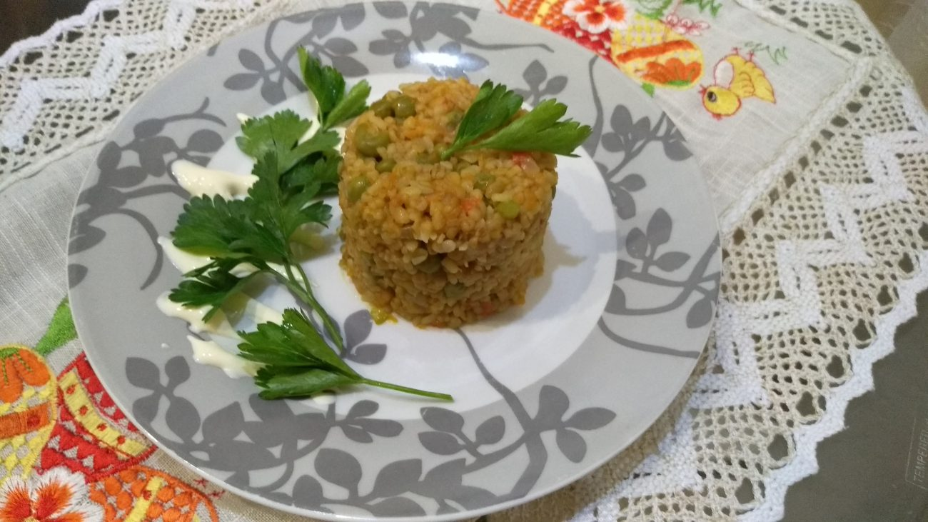Булгур с зеленым горошком и овощами