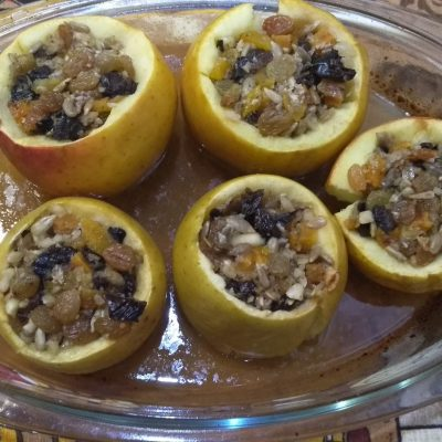 Ароматные печеные яблоки с секретом - рецепт с фото