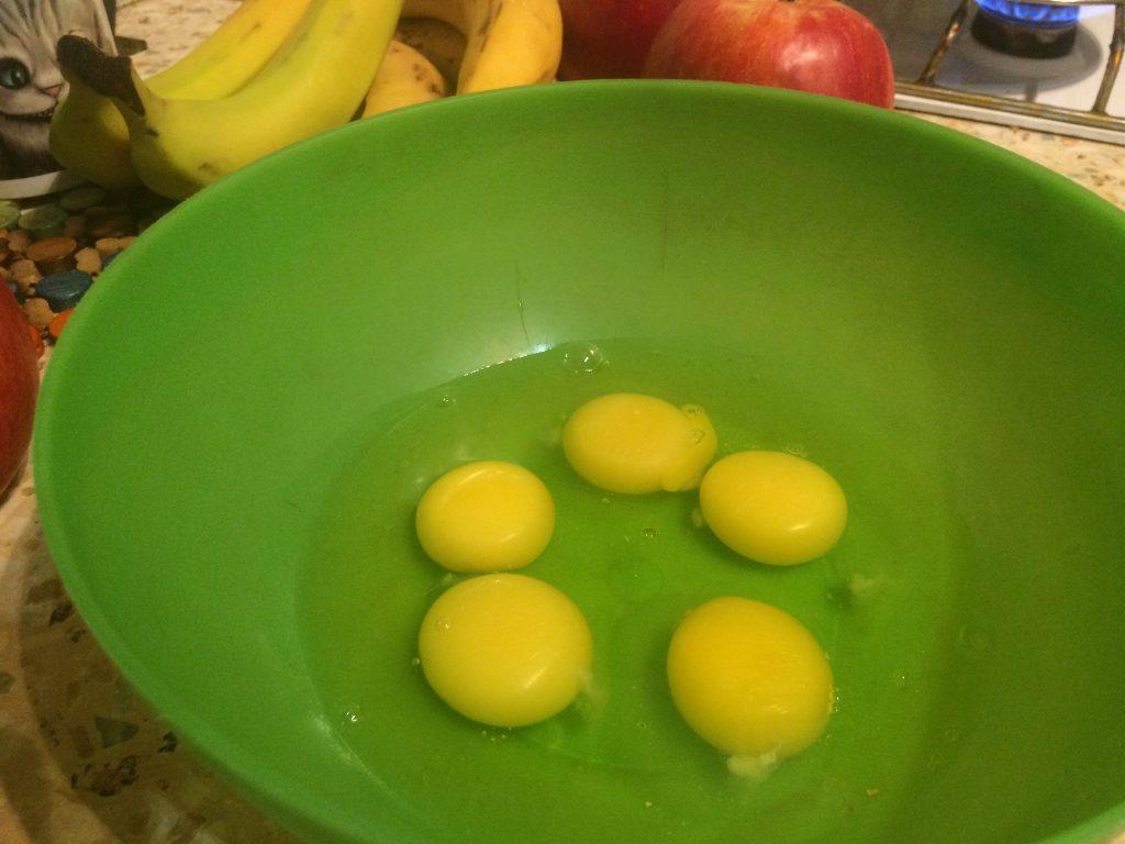 Фото рецепта - Шарлотка с яблоками традиционная - шаг 1