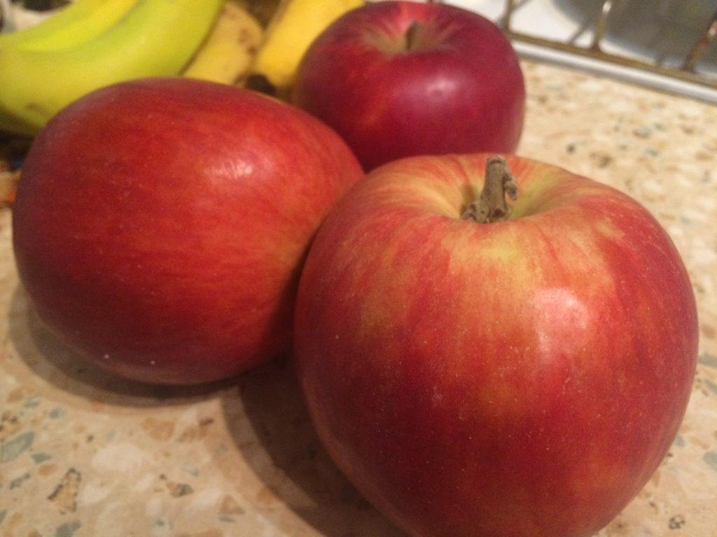 Фото рецепта - Шарлотка с яблоками традиционная - шаг 3