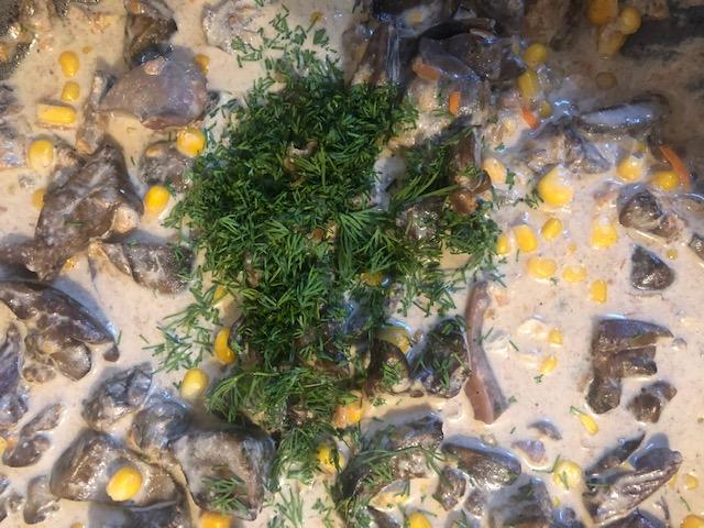 Куриные потроха в сливках с консервированной кукурузой
