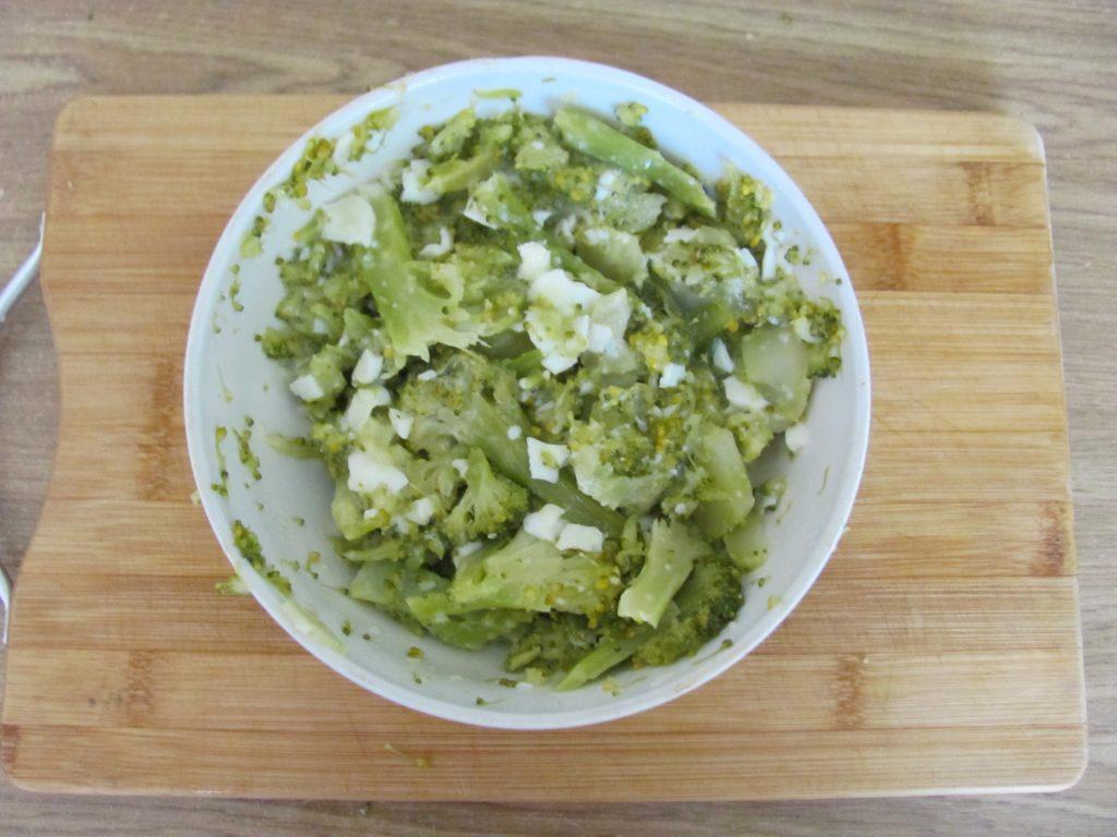 Фото рецепта - Рулет из лаваша с брокколи и шпинатом - шаг 4