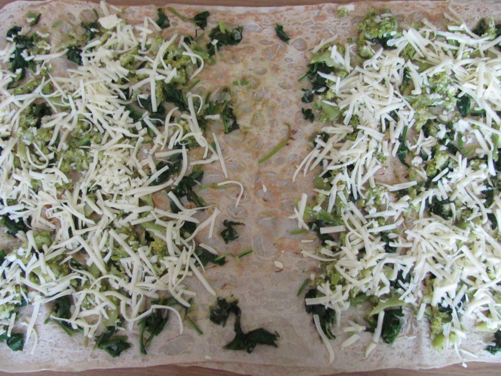 Фото рецепта - Рулет из лаваша с брокколи и шпинатом - шаг 10