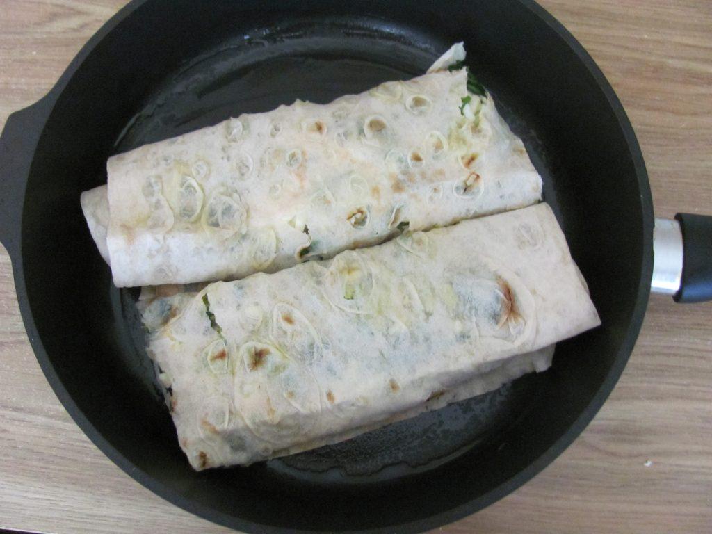 Фото рецепта - Рулет из лаваша с брокколи и шпинатом - шаг 12