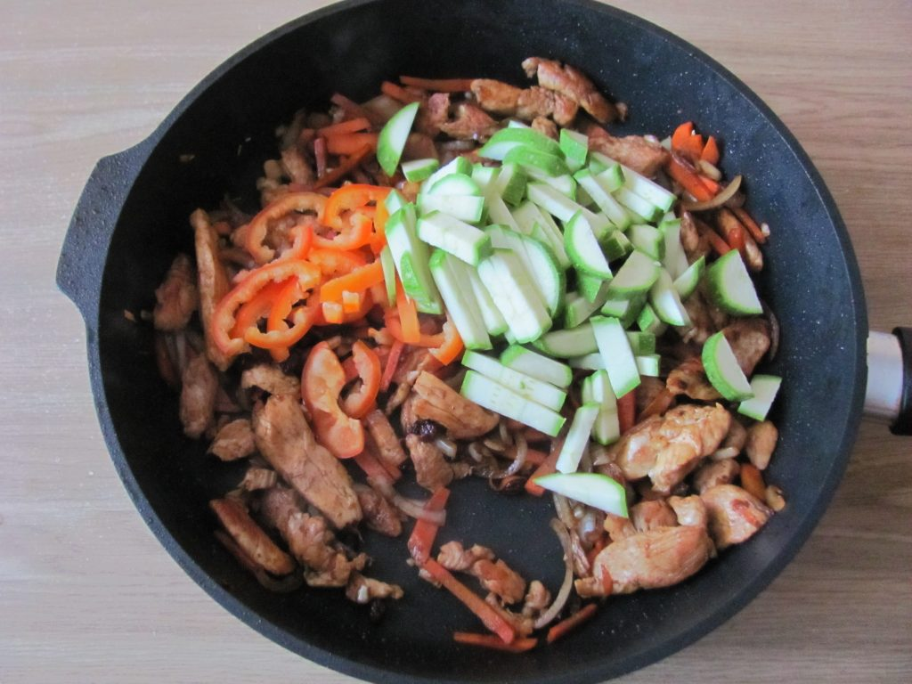 Фото рецепта - Курица с овощами и кус-кусом - шаг 7