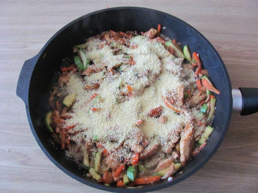 Фото рецепта - Курица с овощами и кус-кусом - шаг 9