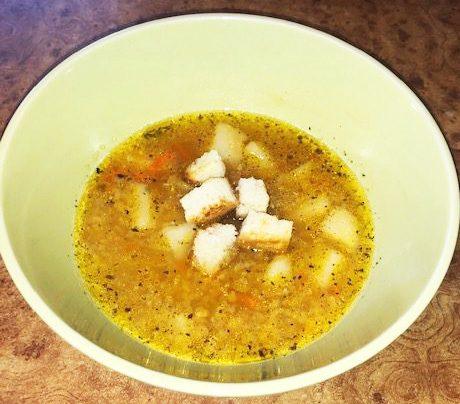 Суп с чечевицей и чесночными гренками