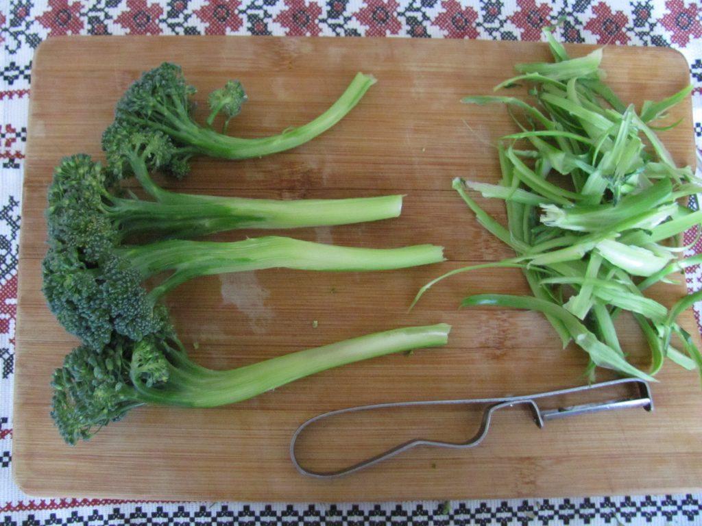 Фото рецепта - Брокколи и морковь под йогуртовым соусом в фольге - шаг 1